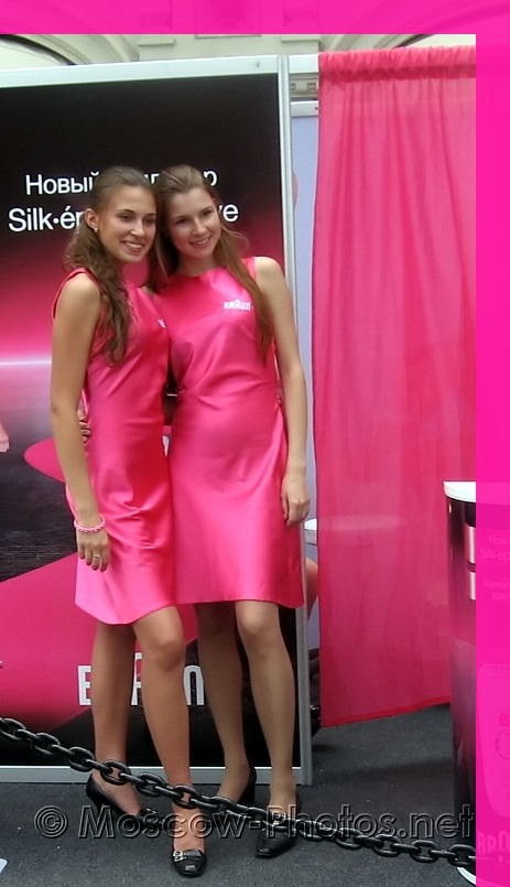Braun Girls in pink dresses