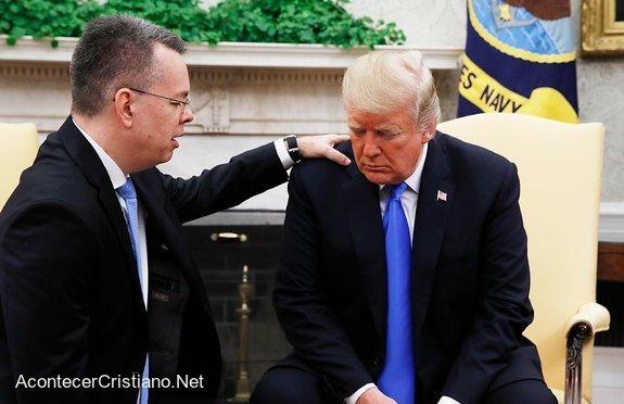 Pastor Andrew Brunson orando por Donald Trump