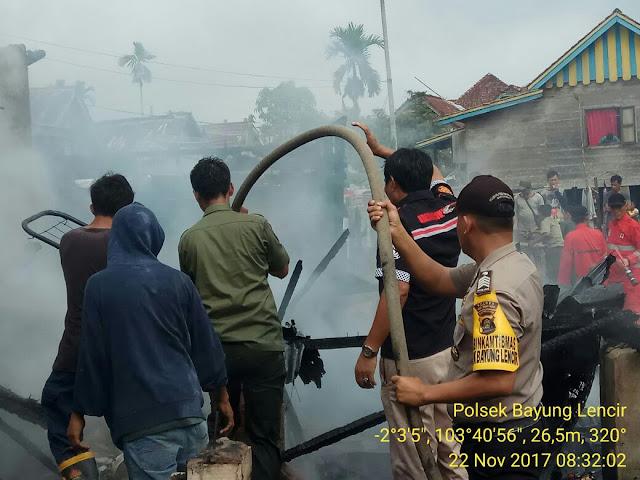Polsek Bayung Lincir Evakuasi Korban Kebakaran