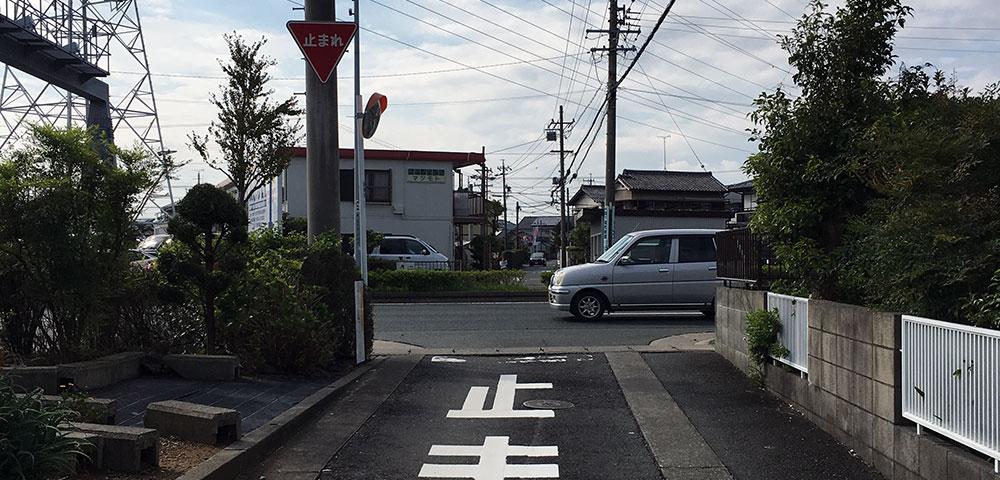 現在の南北の幹線道路満州街道に切断されてなお東西に伸びる信玄街道(2018年10月9日撮影)