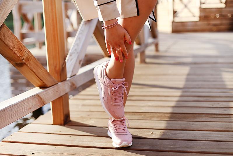 Wiosenna stylizacja z różowymi dodatkami.