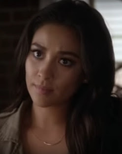 PLL Emily Fields (Shay Mitchell) wearing jewelry Dogeared Balance Tube Bar necklace in gold in 7x08