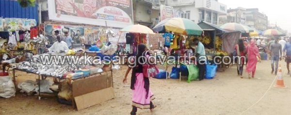 Kasaragod, Kanhangad, Festival, Celebration, Bank, Sale, Vishu, Economic crisis, ATM, Rush, Market, Vishu market active.