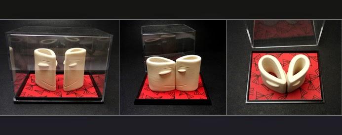sculptures couple en forme de coeur dans une boîte rouge