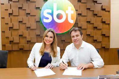 A jornalista ao lado do diretor artístico Fernando Pelegio (Crédito: Gabriel Cardoso/SBT)