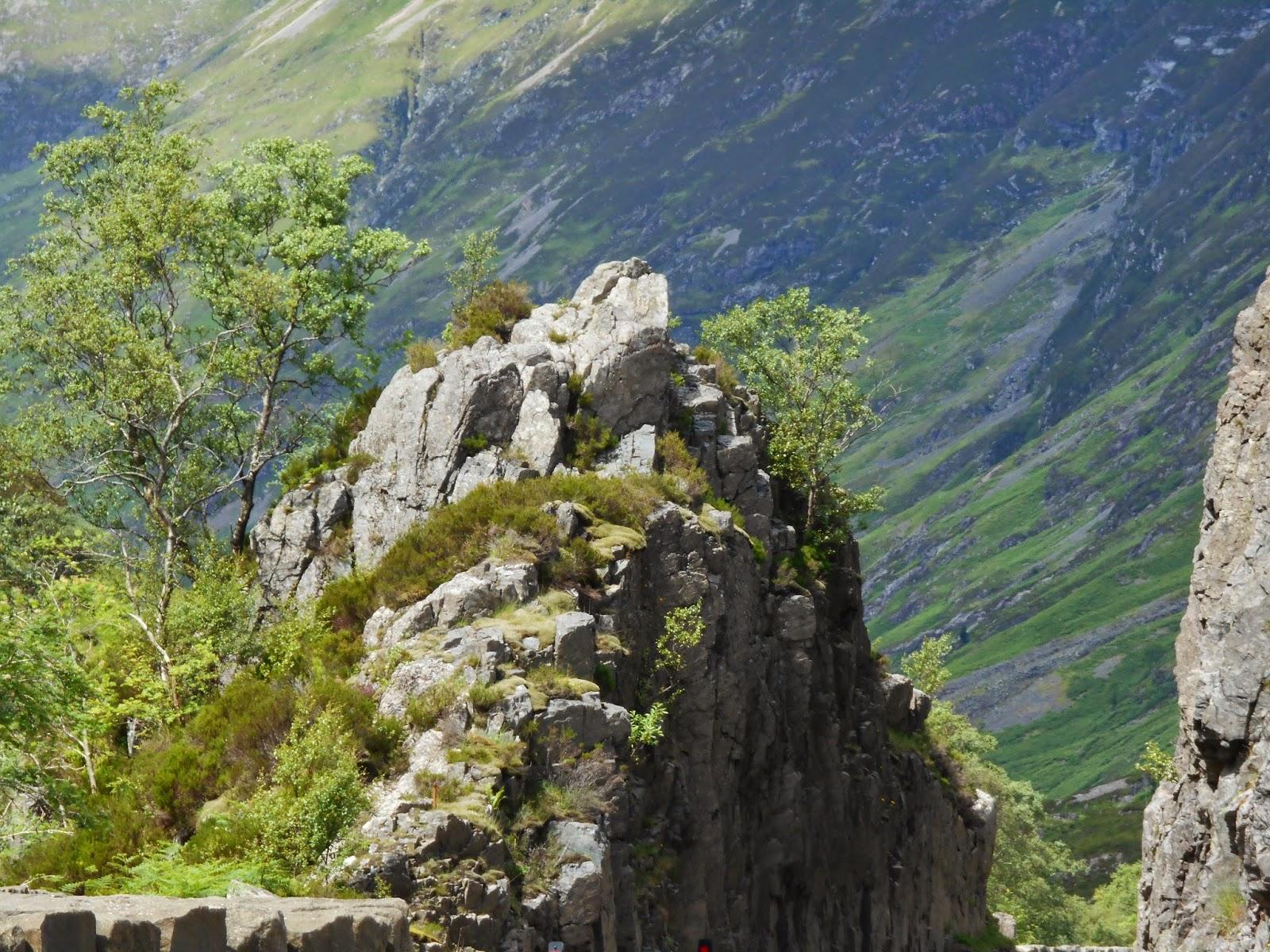 Különleges szikla látható a Glencoe felé vezető úton Skóciában