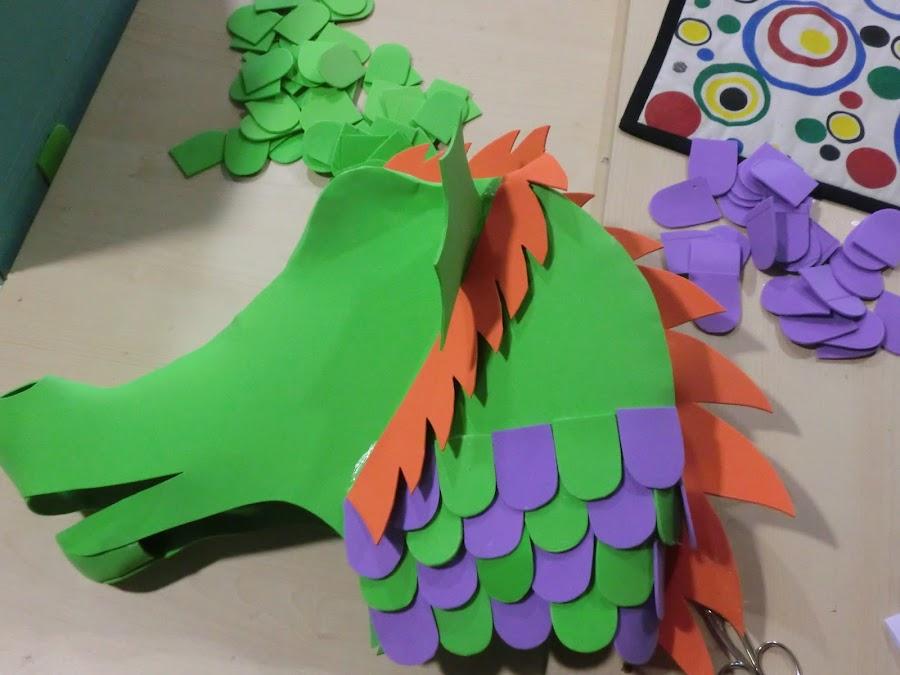 alterna los colores de las escamas en la cabeza del dragón
