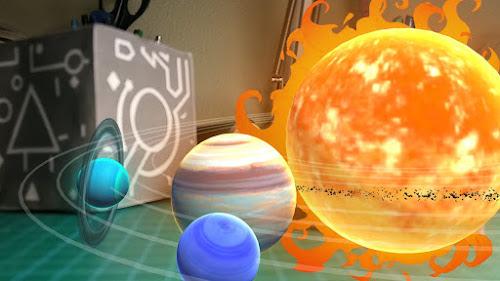 Foto de un Merge cubo junto a la imagen que se crea al apuntar con un móvil sobre él. En este caso el sistema solar
