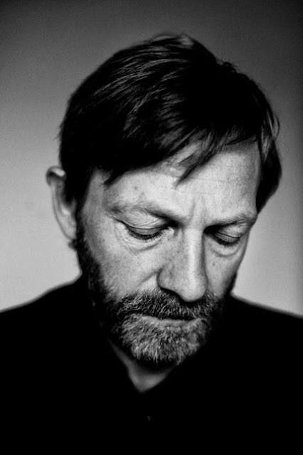 retrato em preto e branco de um homem com barbas e olhos fechados
