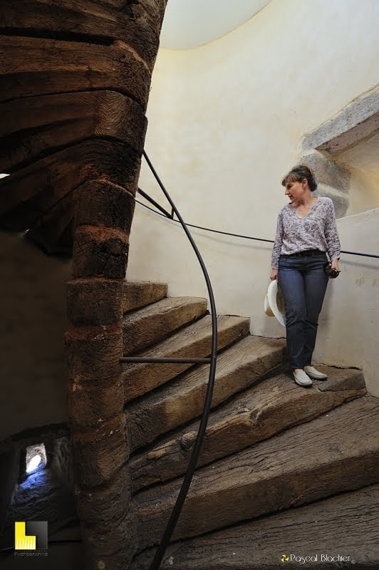 Valérie Blachier dans l'escalier en colimaçon du château de Berzème photo Pascal Blachier Au delà du cliché