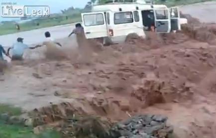 Rescate de los pasajeros de un Jeep