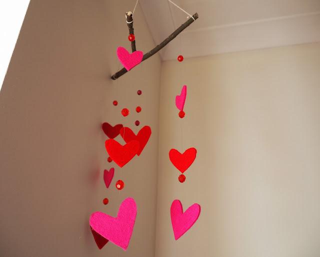 sydän, sydänmobile, paksu huopakangas, punaiset helmet