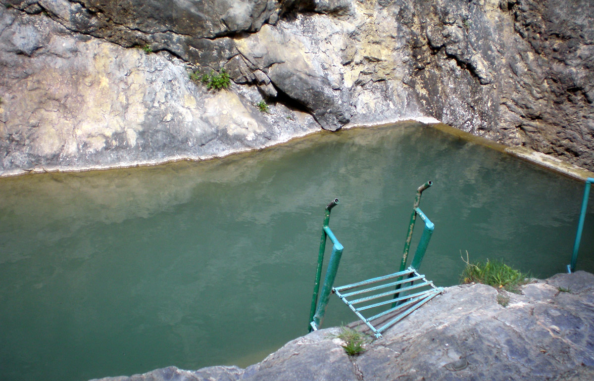 Ванна молодости на Арпатских водопадах в Крыму