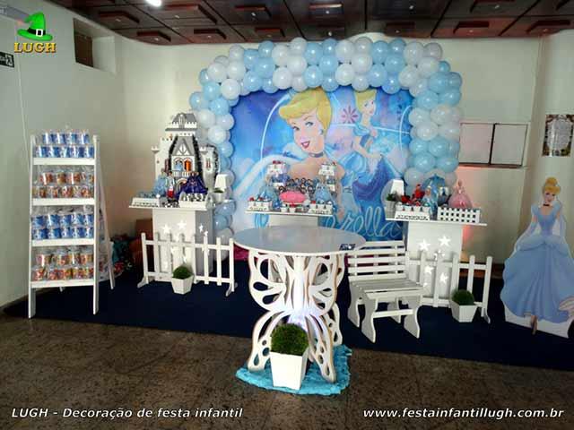 Decoração tema Cinderela em mesa provençal simples para festa infantil