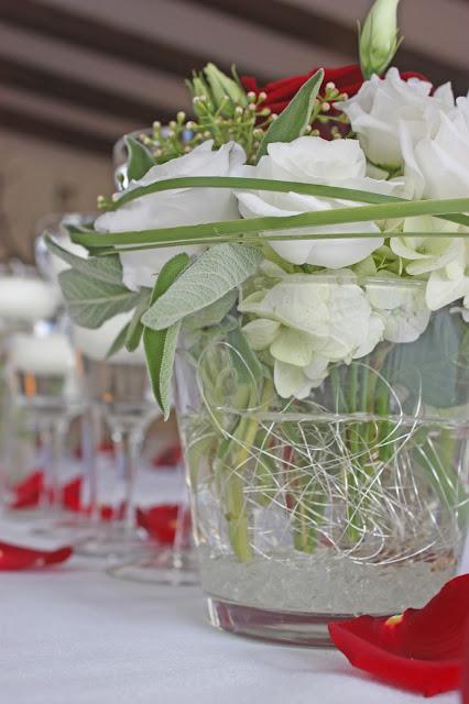 Blumenarrangements zur Hochzeit mit weißen und roten Rosen von Passiflori Penzberg - Hochzeit im Seehaus am Riessersee, Garmisch-Partenkirchen, Bayern - Wedding in Germany, Bavaria - center pieces with red and white roses for a spring wedding