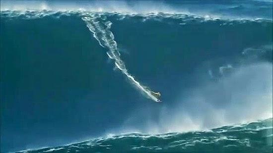 Onda gigante engole surfista em Portugal