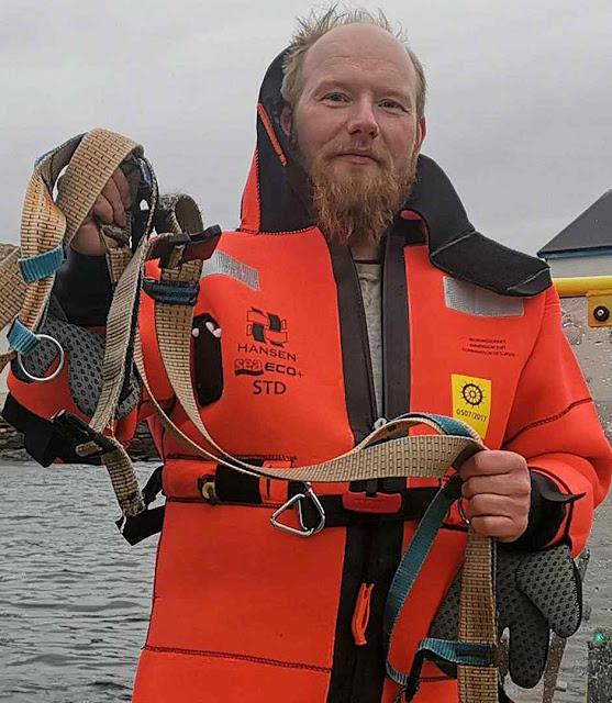 Joergen Ree Wiig, da Direção de Pesca, exibe o arnês capturado.