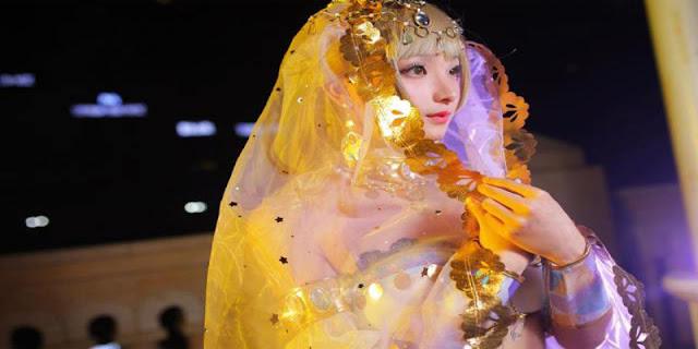Foto Haoge Membawakan Cosplay Kotori Minami versi Arabian Dancer cantik hot