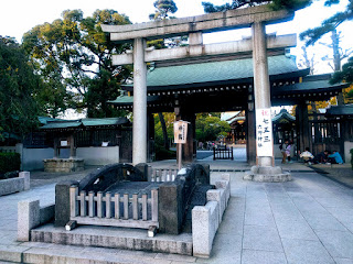 六郷神社鳥居と、その前にある石造の太鼓橋