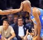 smešna slika: ruka u lice košarkaša