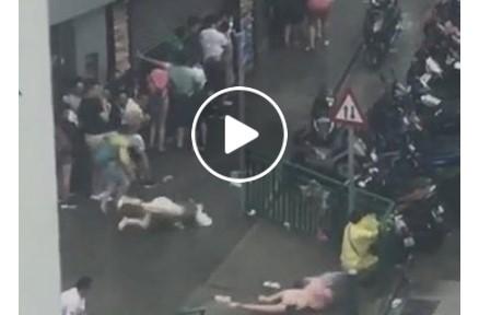 VIDEO: Mengerikan, Orang-Orang Berterbangan Tersapu Topan di Hongkong