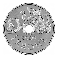Üzerinde bir kuş resmi ve ortasında bir delik olan 1 kron değerinde Norveç madeni parası