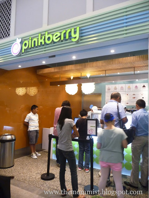 Long line at Pinkberry store