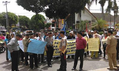 Diduga Manager Korup, Nasabah CU.Cinta Mulia Demo ke Polres Siantar