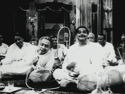 Chhabi Biswas as Huzur Biswambhar Roy, Gangapada Basu as Mahim Ganguly in Jalsaghar (1958), Directed by Satyajit Ray
