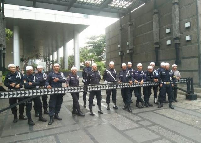 Di Demo Oleh Massa 121, Sekuriti Facebook Kompak Gunakan Peci