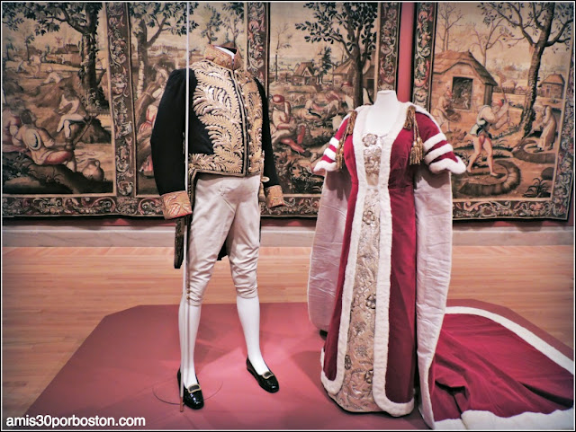 Houghton Hall. Portrait of an English Country House en el Legion of Honor: Coronation Robe Train Gown Marquess Cholmondeley
