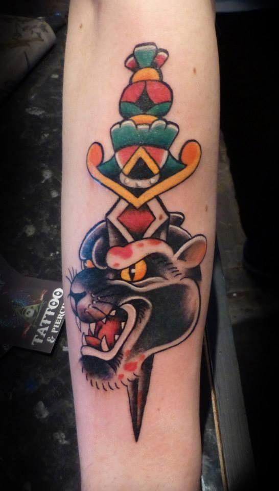 vemos un tatuaje de daga al estilo tradicional