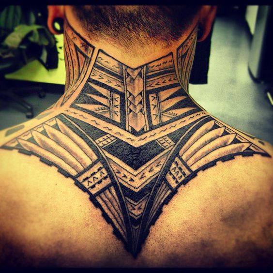 tatuaje maor en el trapecio
