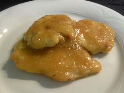 Pollo rebozado con crema de champiñones y salsa de cebolla