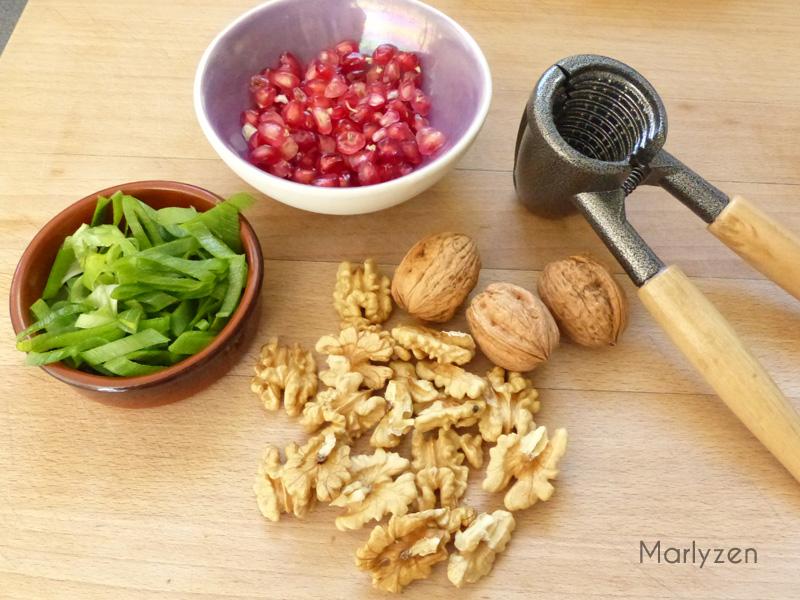Cassez des noix, ciselez des tiges d'oignon vert, prélevez des grains de grenade.