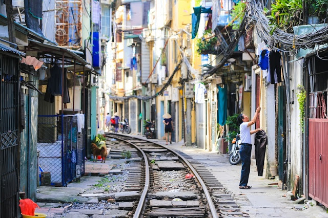 Foreign tourist come to the Train Street in Hanoi to take pictures honeymoon 1