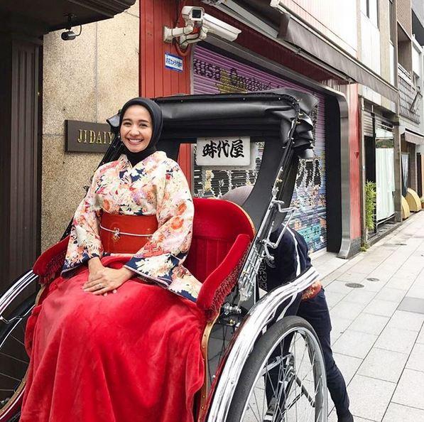 Bella makin anggun dengan balutan kimono saat berkunjung ke Tokyo
