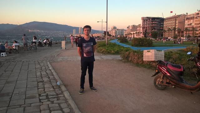 Harun İstenci İzmir Konak sahilinde Kordon boyunda...