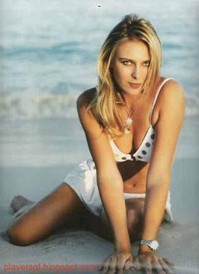 Maria Sharapova  at sea beach to take photo.