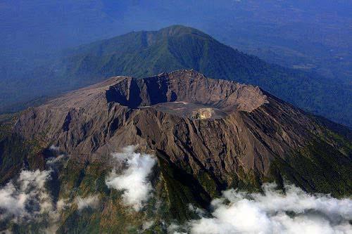 http://adventurewisata.blogspot.co.id/2015/10/perjalanan-dan-mitos-menuju-puncak-raung.html