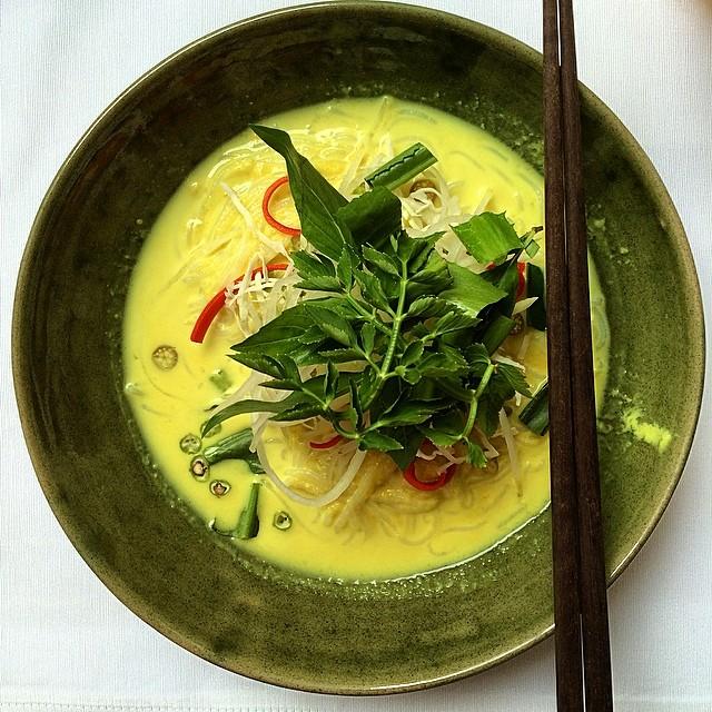 Nom Pajok ou soupe de nouilles khmère. Photographie par Colin Charles (CC)