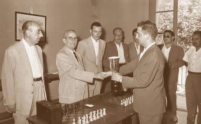 Francino recibiendo el trofeo del torneo de Vilanova i la Geltrú 1958