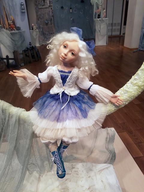 маленькая сказочная героиня уже спускается к кроватке, куда вот-вот уже ляжет малыш и увидит её во сне, пять историй старого дома, выставка авторской куклы