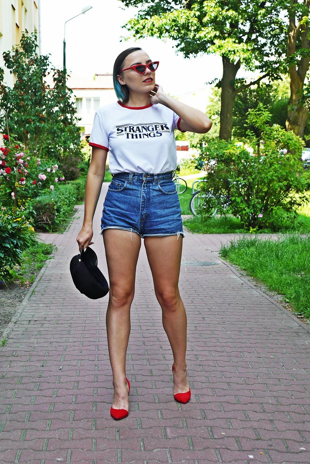 2_stranger_things_t-shirt_szorty_z-wysokim_stanem_czerwone_okulary_trojkaty_karyn_blog_modowy_040618