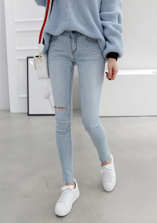 Slash Detail Light Wash Skinny Jeans