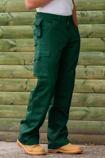 Imagen de un trabajador con el Pantalón Uniforme de Trabajo Resistente Multibolsillos - RUSSEL