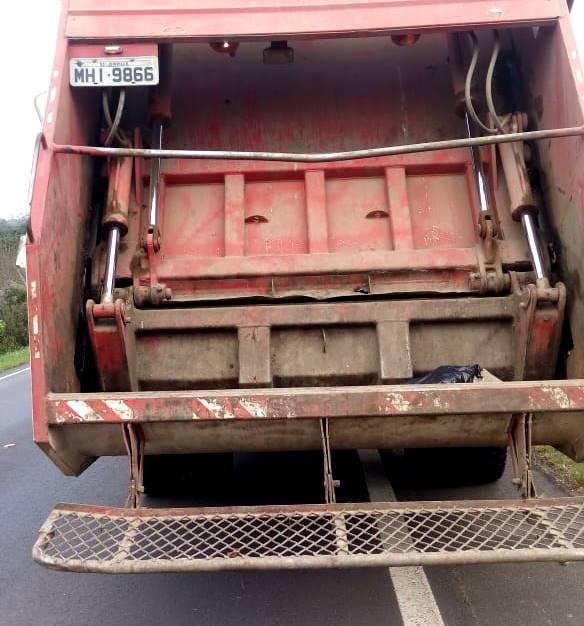 Moto bate em caminhão de coleta de lixo