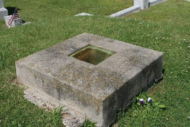 Una tumba con una ventana con vistas al interior