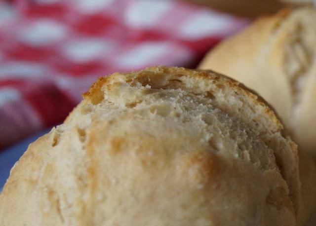 Rezept: Knusprige Dinkel-Roggen-Brötchen, die über Nacht gehen. Super schnell und einfach zu backen, werden die Rundstücke von Kindern und der ganzen Familie gern gegessen!
