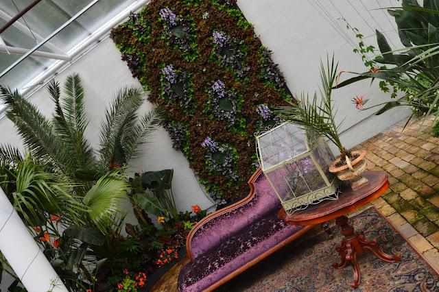 Samplanting i et veggteppe av blomster.